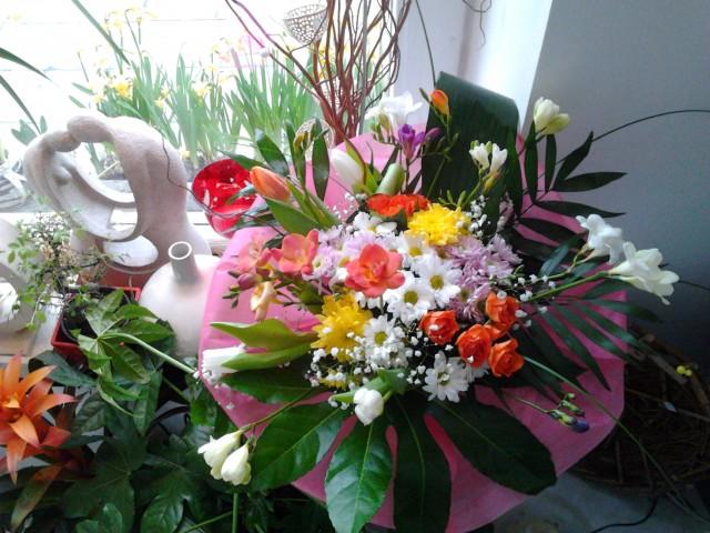 Букет с фрезии и хризантеми